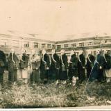 Члены обества ОСОВИАХИМ с руководителем возле Клуба сахзавода