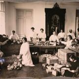 Екатеринодар. Сотрудницы Красного Креста за укладкой кисетов с подарками воинам в одном из помещений общины, 1915 год