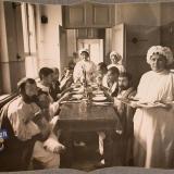 Екатеринодар. Группа нижних чинов и сестры милосердия в столовой лазарета общины во время обеда, 1915 год