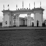 Краснодар. Вход на Сельскохозяйственную и промышленную выставку со стороны улицы Шоссейной, 1956 год.