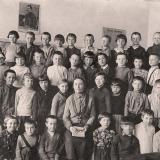 Краснодар. Школа № 12. Учительница Бажанова Мария Степановна с учениками.