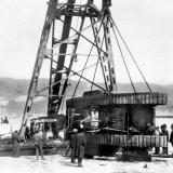 """Новороссийск. Плавучий (т.н. """"Феодосийский"""") кран переворачивает  британский тяжёлый танк MK-V, видимо, для ремонта, весна 1920 г."""