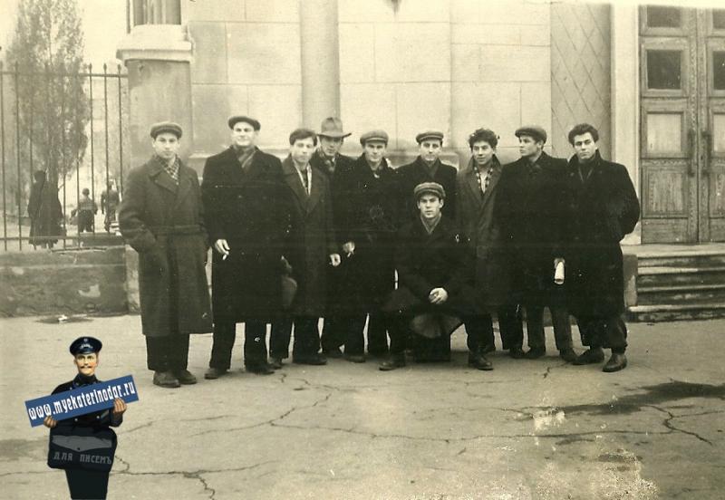 Краснодар. У входа в здание Школы №48, 1960-е.