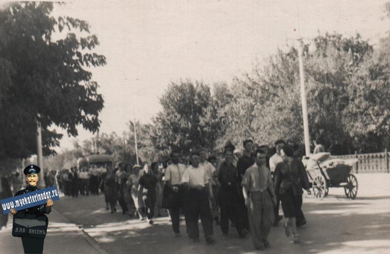 Краснодар. На улице Тельмана, после первомайской демонстрации, 50-е годы.