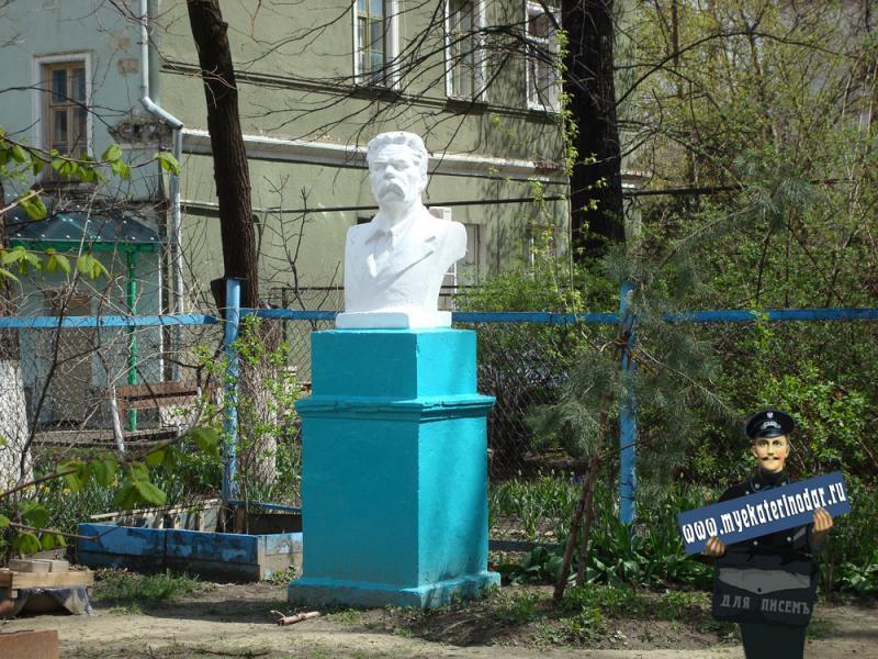 Краснодар. Двор дома по улице Мира № 53. Бюст М. Горького