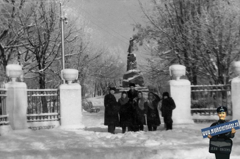 Краснодар. У входа в сквер им.В.И. Ленина, 50-е годы.