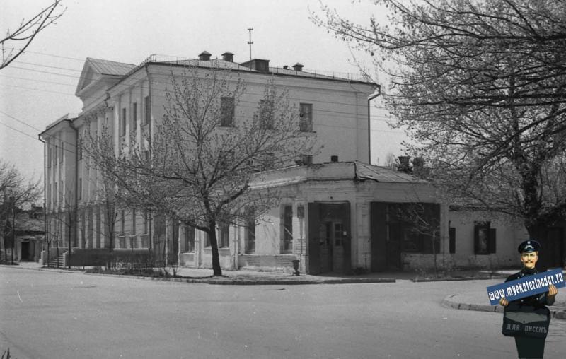 Краснодар. Угол улиц Октябрьской и Орджоникижзе, вид на юго-запад