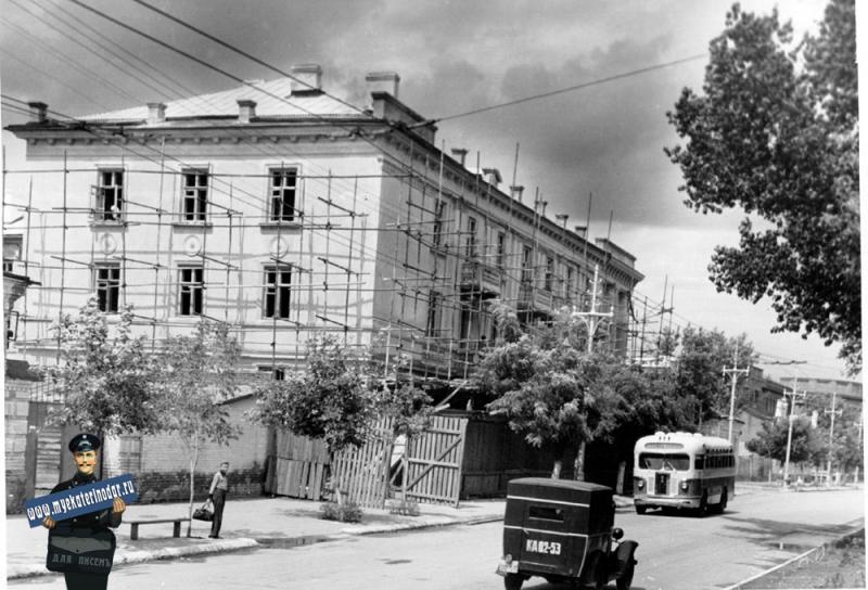 Краснодар. Улица Красная, жилой дом завода Октябрь, 1951 год.