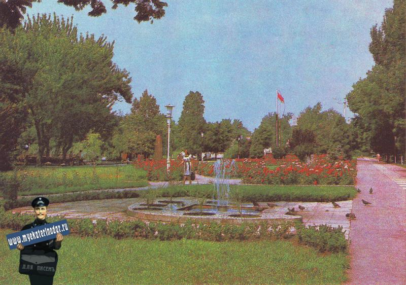 Краснодар. Улица Тельмана утопающая в цветах и зелени.