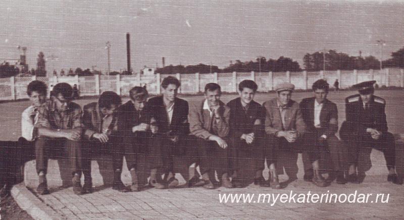 """Краснодар. Комсомольский оперотряд на дежурстве возле Стадиона """"КУБАНЬ"""", 1962 год."""