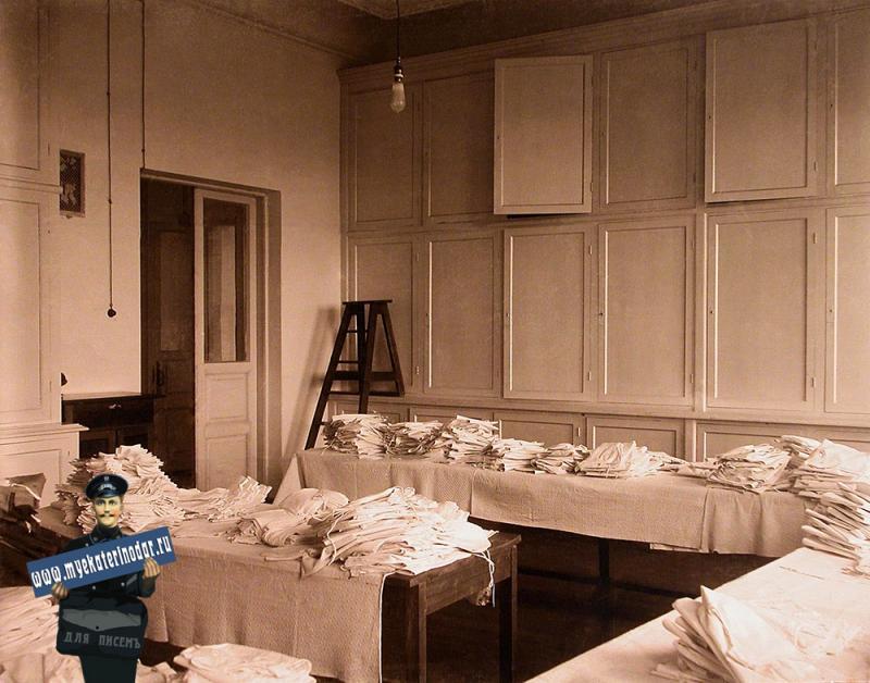Екатеринодар. Кубанский мариинский женский институт. 25.10.1913 год. Вид части помещения институтского бельевого склада.