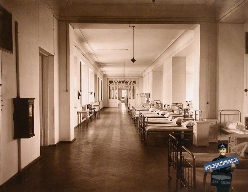 Екатеринодар. Кубанский мариинский женский институт. 25.10.1913 год. Вид части спальни для воспитанниц одного из отделений института института.