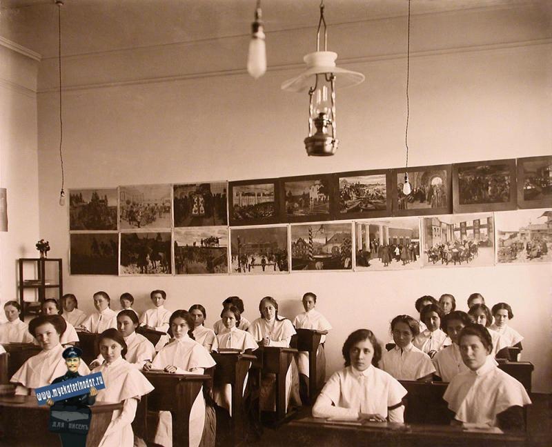 Екатеринодар. Кубанский мариинский женский институт. 25.10.1913 год. Воспитанницы института во время урока в классе