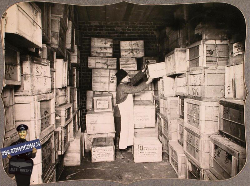 Екатеринодар. Работник на одном из трех складов, устроенных Красным Крестом в помещениях общины, за укладкой ящиков с табаком, предназначенным для действующей армии, 1915 год.