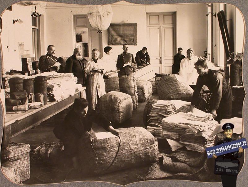 Екатеринодар. Работники и представители Красного Креста за упаковкой вещей для отправки в действующую армию в одном из помещений общины, 1915 год