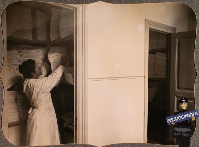 Екатеринодар. Сестра милосердия в бельевой лазарета общины, 1915 год