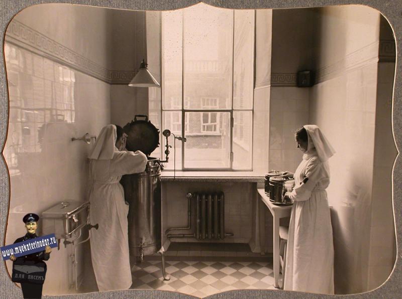 Екатеринодар. Сестры милосердия за работой в стерилизационной комнате лазарета общины, 1915 год
