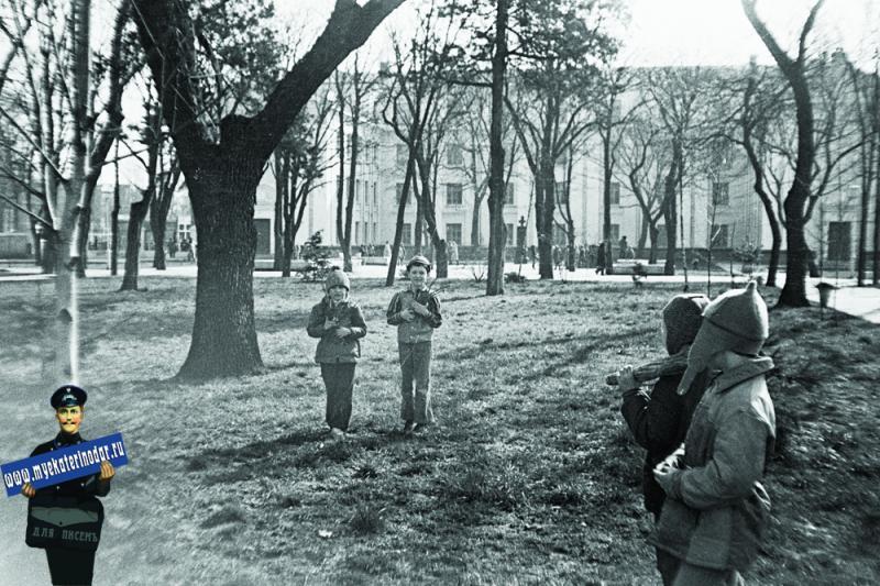 Краснодар. Сквер у школы № 48, 1980 год, уборка территории