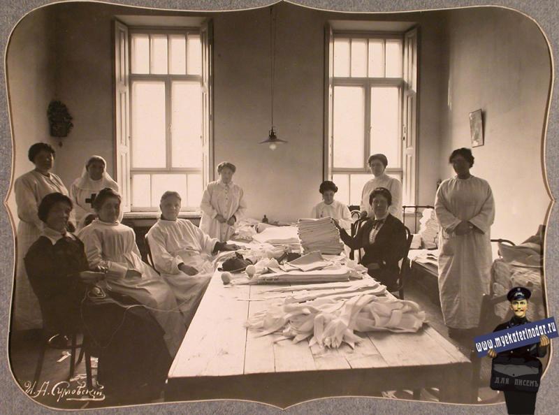 Екатеринодар. Сотрудницы Красного Креста в закройном отделении склада, устроенном в одном из помещений общины, 1915 год