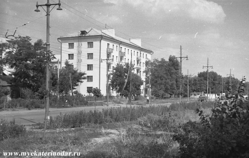 http://www.myekaterinodar.ru/pic/cards/t800/ekaterinodar-ekaterinodar-ugol-ulics-severnoiy-i-sevastopolskoiy-nachalo-70-kh.jpg