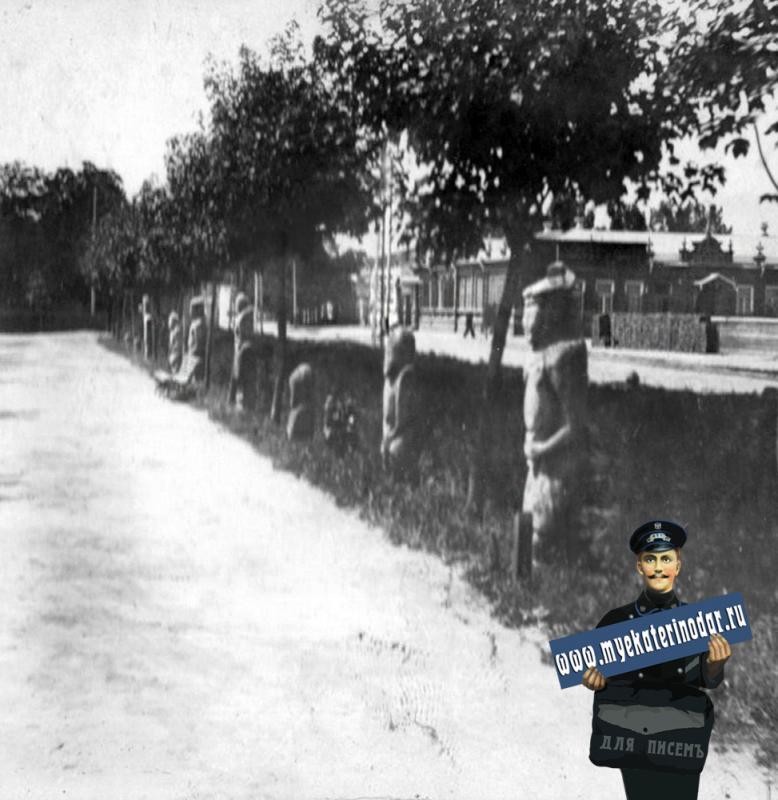 Екатеринодар. Вид на угол улиц Красной и Крепостной из Екатерининского сквера