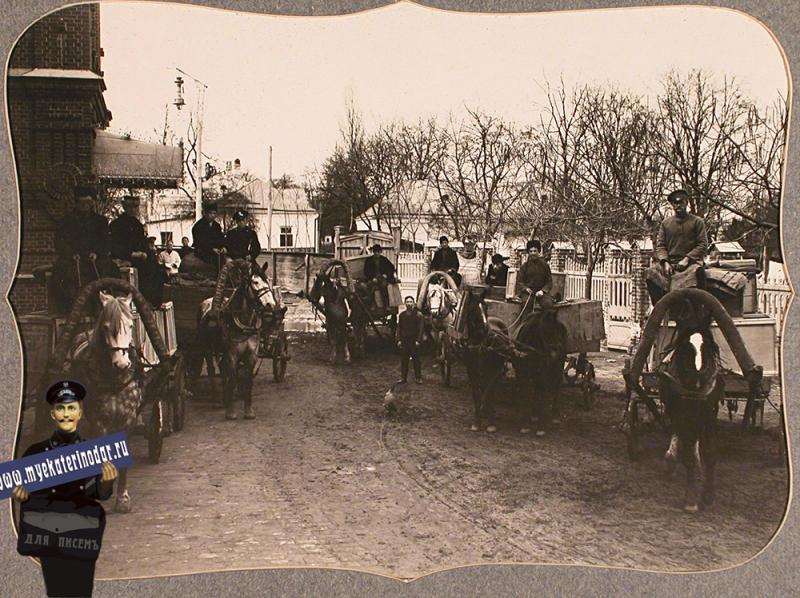 Екатеринодар. Возчики на козлах телег, нагруженных упакованными вещами, собранными представителями Красного Креста для действующей армии, перед отправкой их со склада, устроенного в помещении общины, 1915 год.