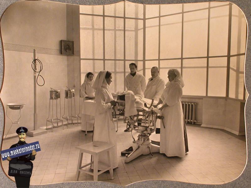 Екатеринодар. Врачи и сестры милосердия в операционной лазарета общины, 1915 год.