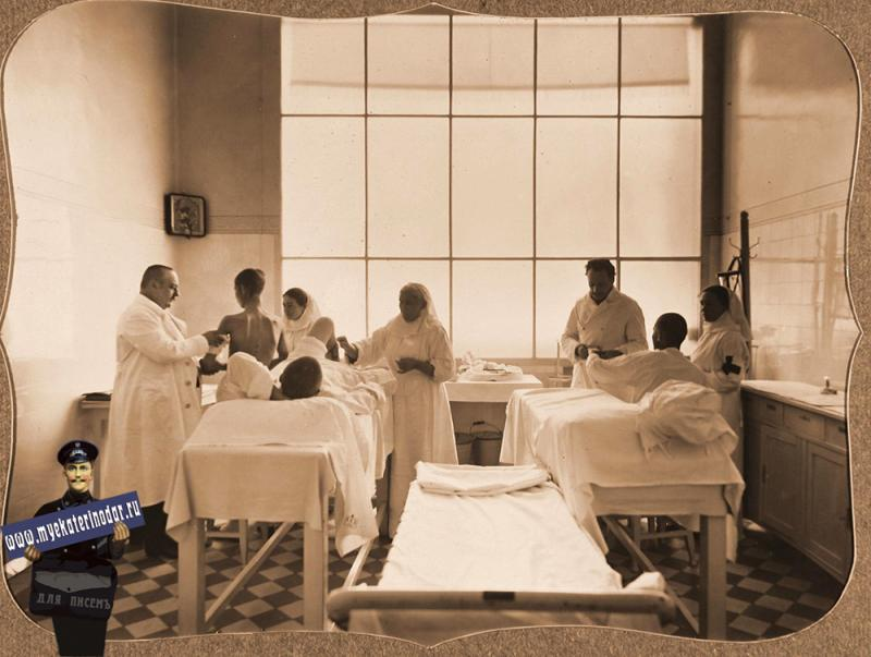 Екатеринодар. Врачи и сестры милосердия за перевязкой раненых в перевязочной лазарета общины