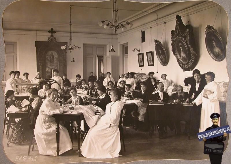 Екатеринодар. Женщины-волонтеры и представители Красного Креста за шитьем белья в зале общины, 1915 год.
