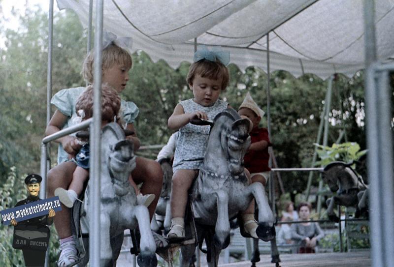 Краснодар. Карусели в детском сквере, 1972 год