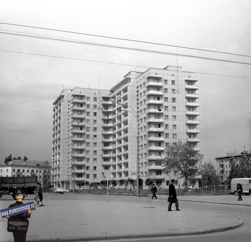 Краснодар. 12-этажный жилой дом возле универмага. 1974 год