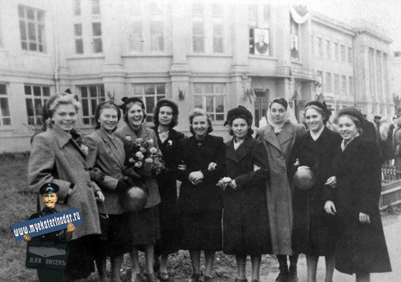 Краснодар. 3-й курс в КИПП у здания института. 7 ноября 1953 г.