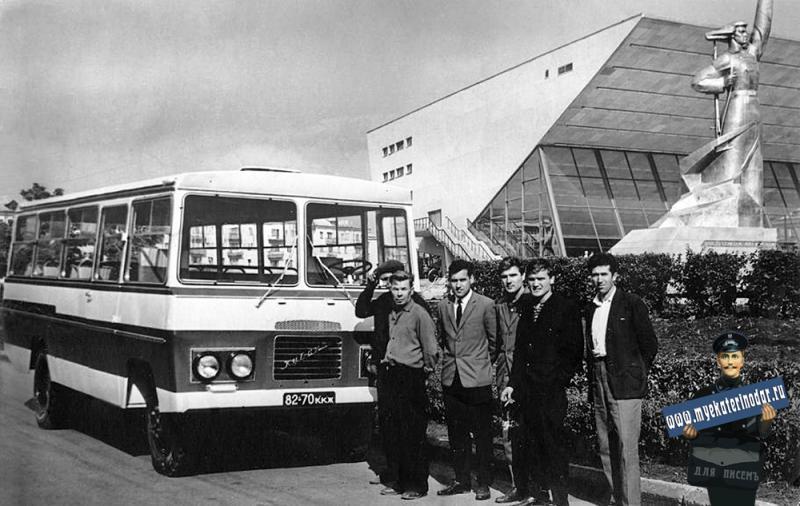 """Краснодар. Автобус """"Кубань"""" возле кинотеатра """"Аврора"""", 1970-е годы"""