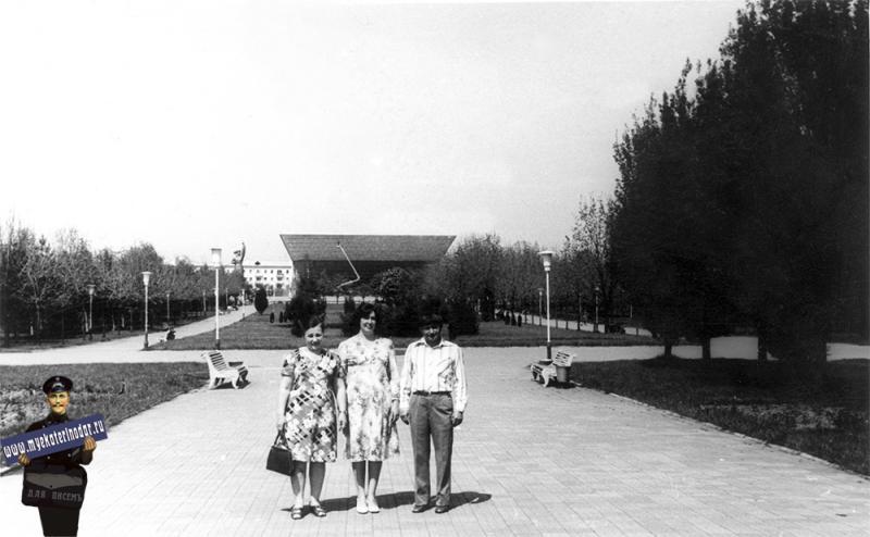 "Краснодар. Бульвар на Красной, вид на кинотеатр ""Аврора"", 1979 год"