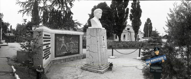Краснодар. Бюст Михаила Корницкого на ул. Березанской, 88. 1987 год