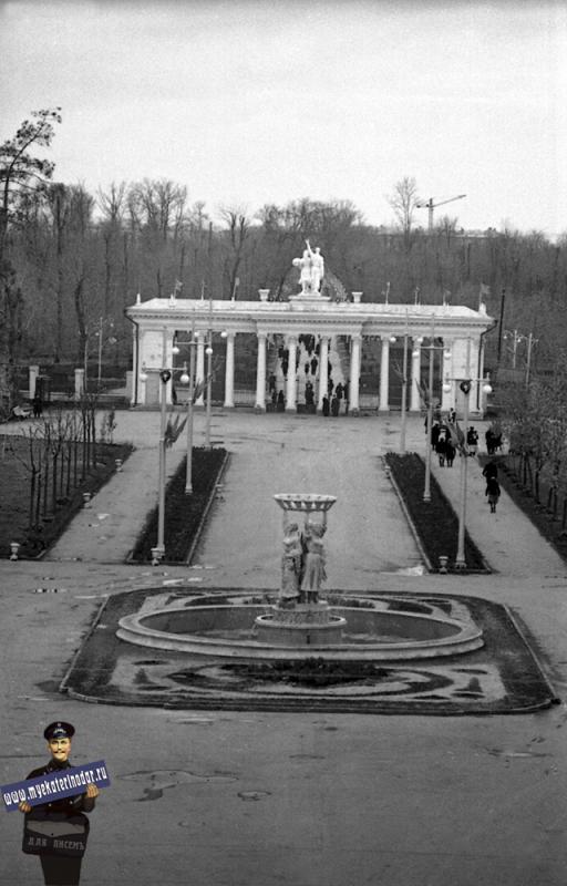 Краснодар. Центральный вход в выставку. Вид на рощу, 1956 год.