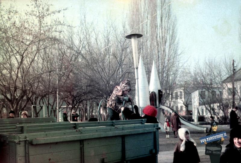 """Краснодар. Детская площадка в скверике """"Со слоном"""", зима 1972/1973 года"""