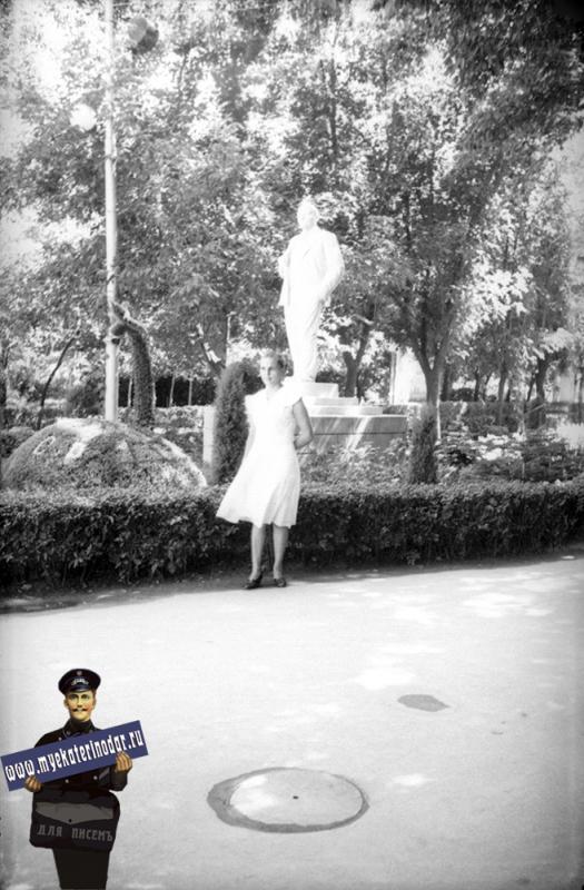 """Краснодар. Горпарк. Памятник В.И. Ленину и клумба """"Ракета"""". 1961 год"""