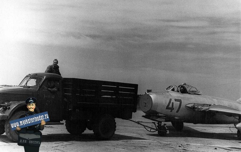 Краснодар. Истребитель МИГ-15 с повреждённым крылом буксируется с лётного поля училища.