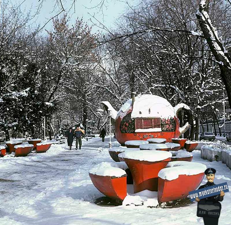 """Краснодар. Кафе """"Чайник на бульваре по улице Красной. Декабрь 1988 года."""