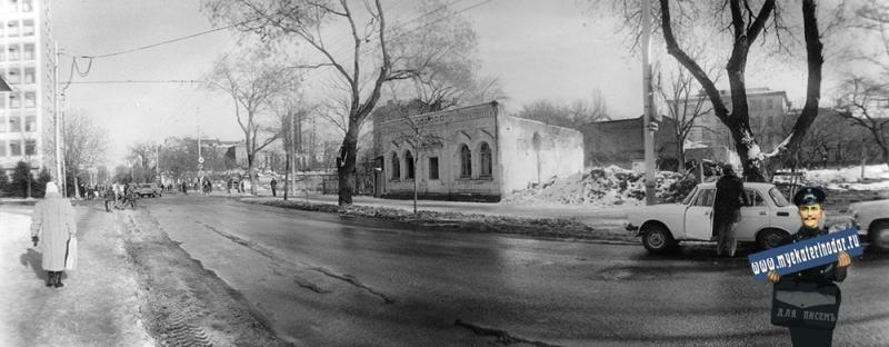 Краснодар. Красноармейская 34(перед сносом). Вид на перекрёсток улиц Красноармейской и Орджоникидзе, вид на северо восток.