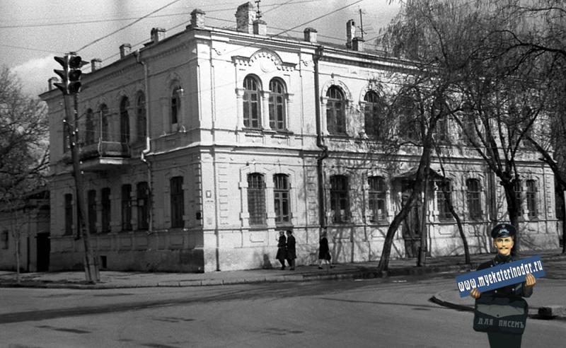 Краснодар.  На улице Октябрьской. Перекрёсток с Советской, вид на северо-восток.