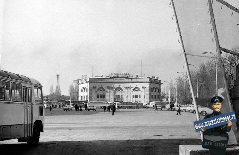 Краснодар. На привокзальной площади. Вид на Автовокзал