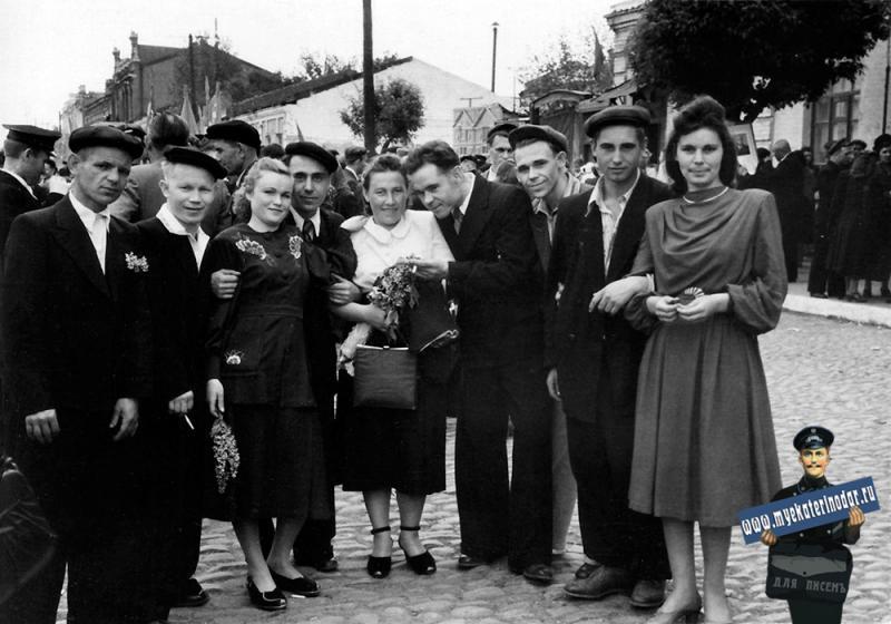 Краснодар. Участники Первомайской демонстрации на улице Свердлова, 1953 год.