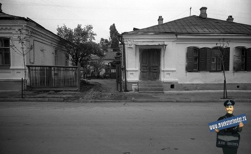 Краснодар. На улице Октябрьской. Оба дома № 70