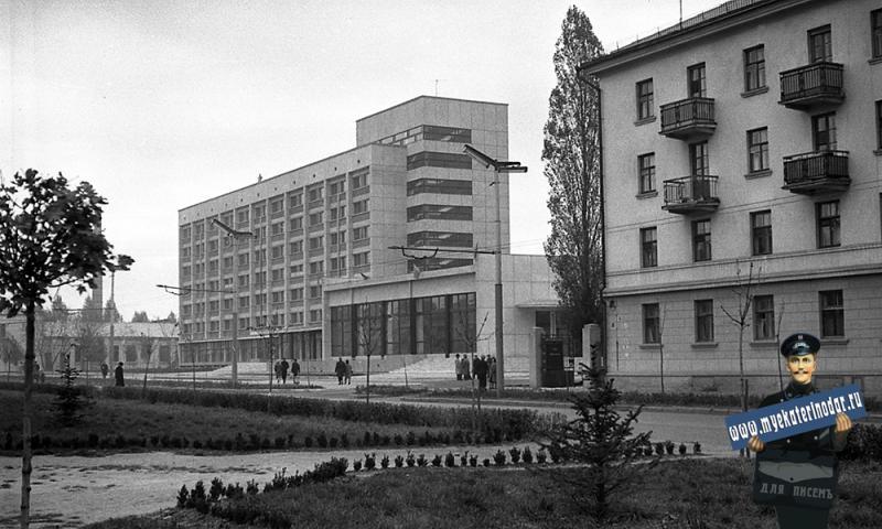 """Краснодар. Ноябрьские праздники 1964 года, у гостиницы """"Кавказ"""""""