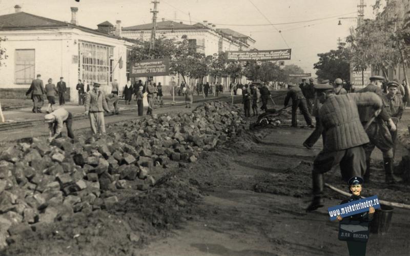 Краснодар. Снятие трамвайных путей на улице Красной от Пролетарской до Орджоникидзе, вид на север, сентябрь 1949 год