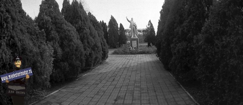 Краснодар. Памятник В.И. Ленину на территории дома престарелых, 1980 год