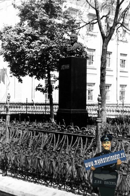 Краснодар. Памятник В.И.Ленину перед школой № 48.