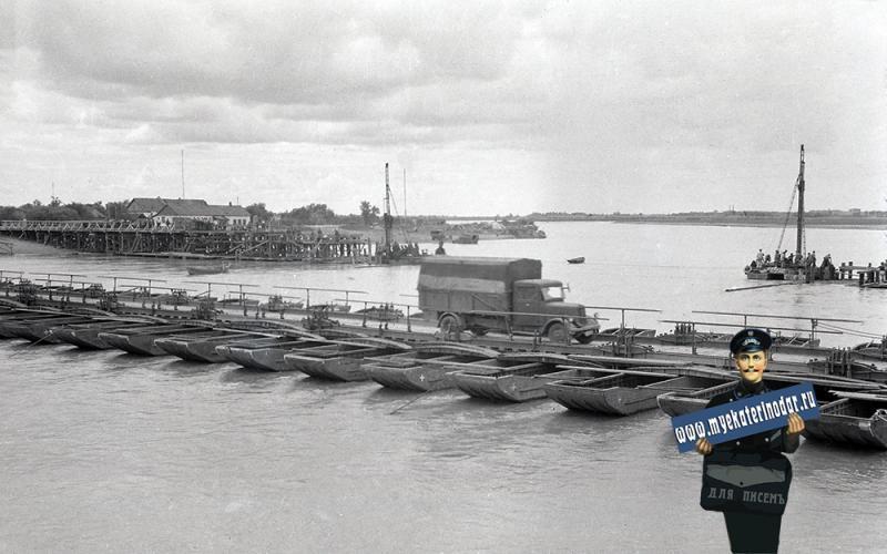 Краснодар. Строительство моста и временная переправа через реку Кубань в районе КРЭС, осень 1942 года